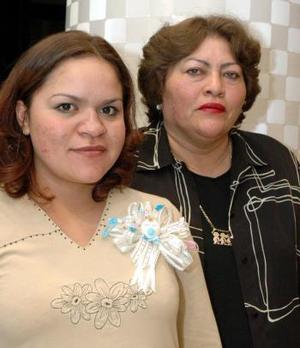 Elizabeth Escandón López recibió felicitaciones y regalos por el próximo nacimiento de su bebé.