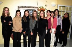 Isabel Salas Cisneros en compañía de los invitados a  su despedida de soltera, que le ofrecieron con motivo de su próximo enlace matrimonial.