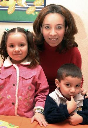 Jesús Alberto y Karen Pamela Guajardo Bardan junto a su mamá, Susan Bardan de Guajardo.