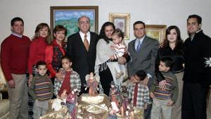 Don Armando Martínez y Doña Leticia Alcázar de MArtínez etuvieron acompañados de sus hijos, hijos políticos y nietos, en la tradicional cena de Navidad.