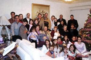 Salvador Álvarez Díaz y María Elena C. de Álvarez con sus hijos, nietos y bisnietos, en su residencia de la colonia Las Rosas de Gómez Palacio.