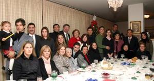 Señora Beatriz Ruiz de González acompañada de sus hijos, nietos y bisnietos en su cena de Navidad.