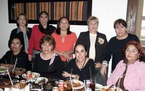 Sofía de Luna, María Luz de Landeros, Vivis de González, Alba de Berumen, Éne de Ortíz, Chiquis de Torres, María Elena de Rodríguez y Bertha Castañeda, captadas en la posada del Club del Miércoles.