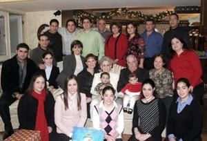 Alberto Humprey y Clara Dugay de Humprey celebraron la Navidad con hijos, nietos y bisnietos.