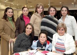 Blanca Contreras de Llamas acompañada de invitadas a su fiesta de canastilla.
