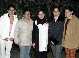 Grethel González de Ruiz, con algunas de sus invitadas a su fiesta de canastilla.