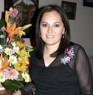 <b>30 de diciembre de 2004</b><p> Tracy Pachecho disfrutó de una despedida de soltera, que le ofrecieron por su cercana boda.jpg