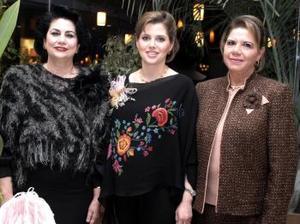 <b>30 de diciembre de 2004</b> <p> La futura mamá junto a las señoras Gabriela Sáenz Herrera y Enriqueta Murra de Bonilla.