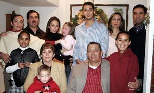 Carlos García Carrillo y Mercedes Álvarez de García Carrillo, acompañados de sus hijos y nietos en la celebración de Navidad.