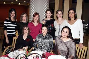 Keta Bonilla de Gómez acompañada de su hermana Katy y unas amigas.