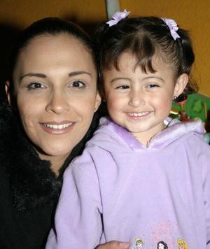Niña María Jannette con su mamá Jannette de García.