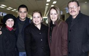 Rodrigo Rodríguez y Gaby González viajaron a Argentina y los despidieron Jorge González, Patricia Martínez y Ale Mendoza.