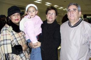 Constanza Rodríguez viajó al DF y fue despedida por Antonio Celaya, Rosario López y Carmina de Celaya.