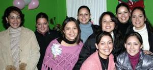 Edith Adriana MArtinez Váldes, en compañia de algunas de las asistentes a su fiesta de canastilla ofrecida para el bebé que espera.