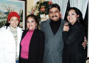 Aáron Canales Sánchez y María del Carmen de la Cruz Rosas disfrutaron de un ameno convivio, que les ofrecieron sus familiares por su aniversario de matrimonio.