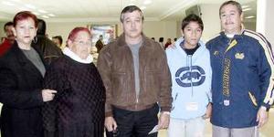 José Luis  Goméz, viajó a Los  Angeles y  fue despedido por su familia Gómez.