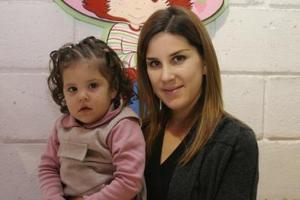 La pequeña Ana Sofia Aquino Michel  junto  a su mamá Aime Michel de Aquino .