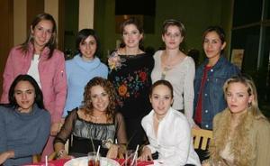 Keta Bonilla de Gómez acompañada  por sus amigas en  la fiesta de canastilla.