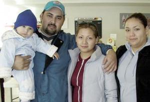 Rubí Ortega y Blanca Ramírez viajarón a Estados Unidos y fueron despedidas por Laura Ramírez y Julio Castro.