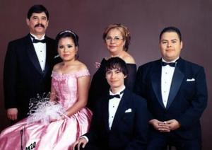 Srita. Janteh Esmeralda Félix  Nuncio el  día de su fiesta de quince años, acompañada por sus papás y hermanos.