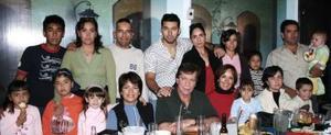 <b>02 de enero de 2005</b> <p> Ramón Samaniego durante  su cumpleaños acompañado  por  Mary de  Samaniego y su familia.