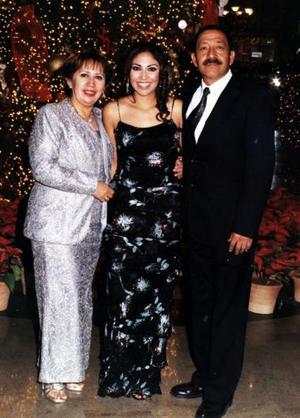 Enrique  y Lupita  Flores con su  hija Vanessa Flores en reciente acontecinmiento.