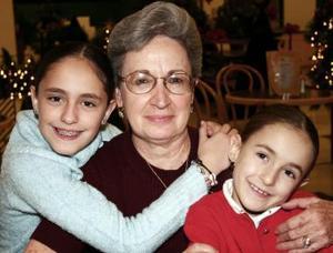 Maria Isabel García de Gil  con sus nietas  Isabel y Andrea  Muñoz Gil.