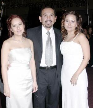 Susana, Teresa y Gerardo Bañuelos.