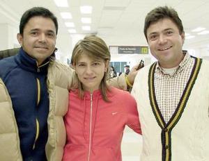 Héctor Arce viajó a Los Angeles  y fue despedido por Adriana de Arce y Moisés de Arce.