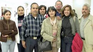 <b>04 de Enero de 2005</b> <p> Alicia Oropeza y Mary  Nápoles, viajaron a Argentina y fueron despedidas por la familia Oropeza.