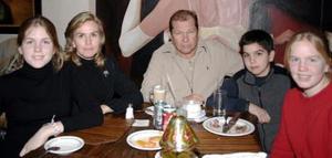 Familia Negrete  Harrer captados en reciente convivio social.