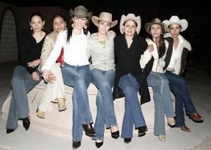 <b>04 de enero de 2005</b> <p> Deciree Quiroz, Claudia Marmolejo, Martha Monsiváis, Graciela de Reyes, Perla Arciniega  y Lydia Cárdenas  le prepararon una fiesta de cumpleaños tipo country a Yadiara Nájera.