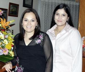 <b>04 de enero de 2005</b> <p> Tracy Pacheco Cháirez junto a Rosy Tafoya quien le  ofreció una despedida de soltera.