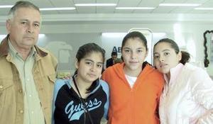 <b>05 de Enero de 2005</b> <p> Ana  Laura Antillón viajó a Villahermosa, Tabasco y fue despedida por Javier, Anabel,  y Mónica Antillón.