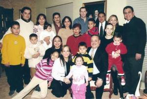 <b>06 de enero de 2005</b> <p> Señor Roberto Rodríguez acompañado de sus hijos y nietos, en la fiesta ofrecida para celebrar la llegada de navidad.