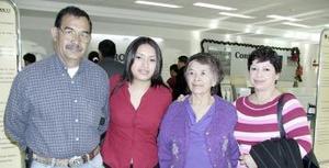 Cristina Almanza viajó a Atlanta y fue despedida por Mayela  de Almanza, Ricardo Almanza y Juanita Muro.