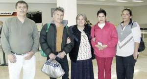 <b>07 de Enero de 2005</b> <p> Marielena Peña y Javier  Pichardo viajaron a Tijuana y fueron despedidos por la familia  Pichardo Magallanes.