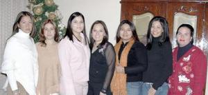 <b>07 de enero de 2005</b> <p> Tracy Pacheco Cháirez acompañada por algunas de las invitadas a sus despedida de soltera, que  le  organizaron en días pasados.