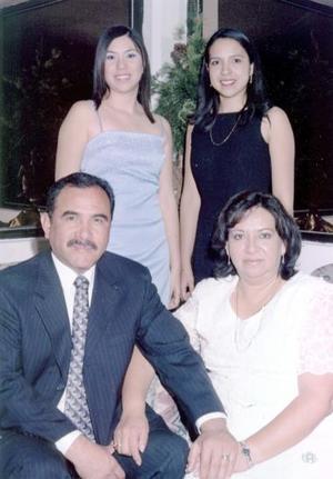 Gabriel Castillo Domínguez y María  Martínez Peréz de Castillo  en compañía de sus hijas Isolda Margarita  y  Talía Gabriela Castillo Martínez, el dìa  que  festejaron  sus 25 años de casados.