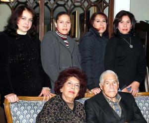 José Flores Guerrero y María del Pilar López de Flores celebraron 46 años de casados y fueron captados en reciente festejo junto a sus hijas.
