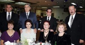 Santiago Torres y señora, Ana María B. con amigos.
