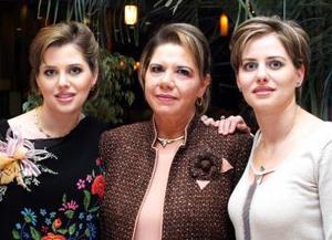 <b>08 de Enero de 2005</b> <p> Keta Bonilla Gómez junto a su mamá Enriqueta Murra de Bonilla y su hermana Kathy, en la fiesta que le ofrecieron por el próximo nacimiento de su bebé.