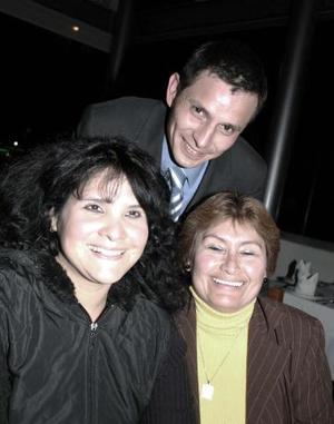 <b>08 de enero de 2005</b> <p> Socorro Jiménez, Jesús Hernández y Marycarmen Rodríguez, en reciente festejo.