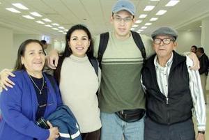 <b>09 de Enero de 2005</b> <p>  Ricardo y Elizabeth Siqueira viajaron a San Diego y los despidieron Ana María y Emilio.