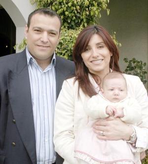 <b>09 de enero de 2005</b> <p> Alberto González y Lily de González con su hijita Camila González Pérez.