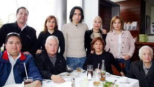 Familia Sotomayor Garza, captados en conocido  restaurante de la localidad.