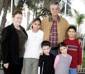 Francisco Gutiérrez Hidalgo en  compañía de su esposa María Carmen Aladro de Gutiérrez  y de sus  nietos, en la reunión  que le organizaron  con motivo de su 80 aniversario  de  vida.