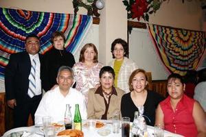 Norma Terrazas, María  Lucía Martínez, María de la Luz Segovia, Odilia Peña, Lucy, Laura Rodríguez, Martha García, Roberto Mascorro  y Héctor Montes, en el festejo del Día de la Enfermera.