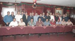 Socios del Club Sembradores del Nazas disfrutaron de una agradable convivencia, en su reunión con  motivo del Año Nuevo.