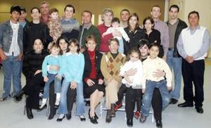 Sr. Eduardo Martínez Chávez  en compañía de su  familia, en una reunión  con motivo del Año Nuevo.
